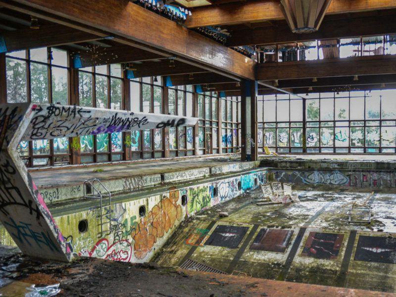 22 Spooky Photos of Abandoned '60s Resorts Then and Now